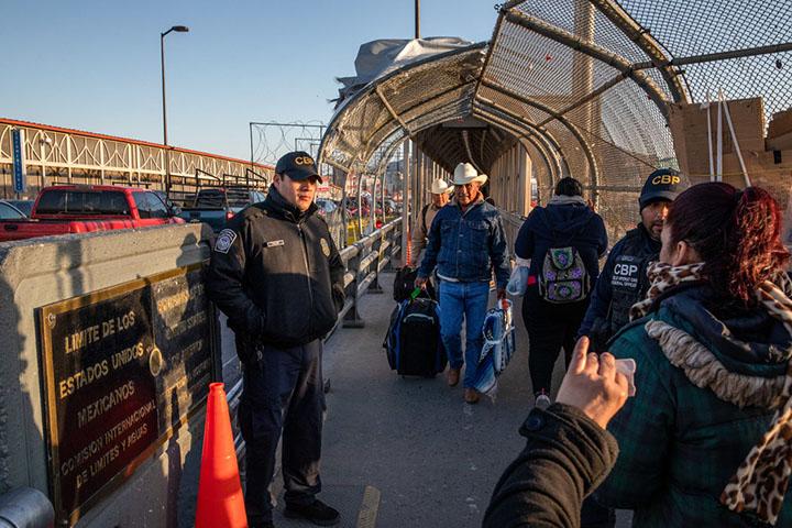 Estados Unidos negará la ciudadanía a inmigrantes que reciban ayudas sociales